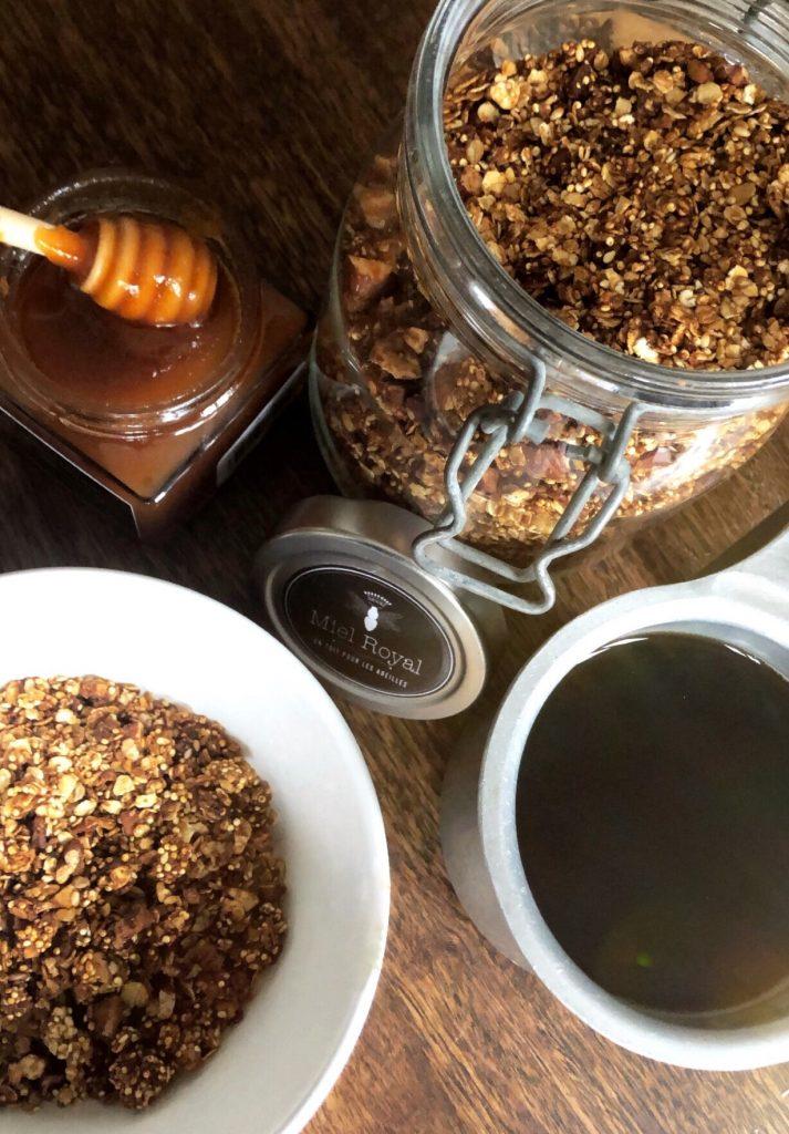 Photo du granola en bocal verre avec un café et le pot de miel