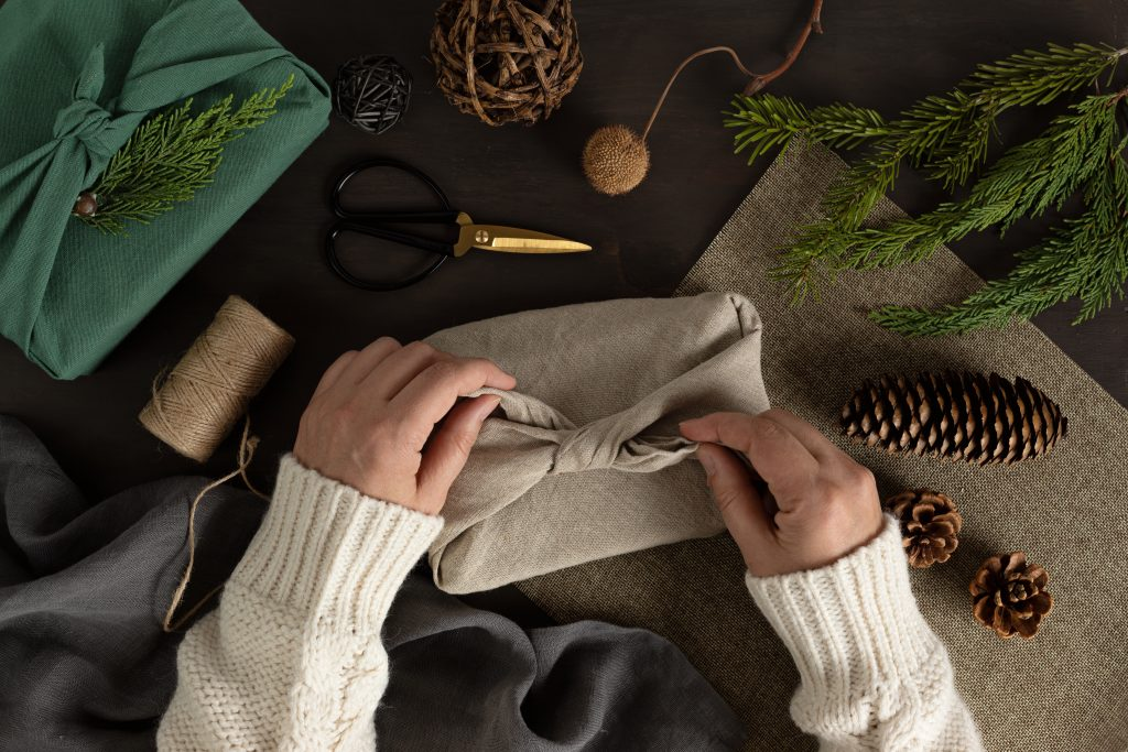 Astuce pour un noël écologique : méthode Furoshiki pliage tissus emballage cadeau
